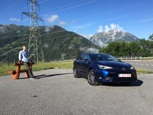 Erik Wedberg på säkert ha-begärs-avstånd från nya Avensis.