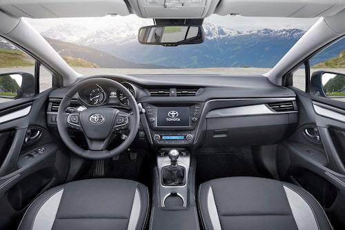 Nya framstolar med bättre stöd tackar vi för. Inte mycket är sig likt när man jämför nya mot gamla Avensis inuti.