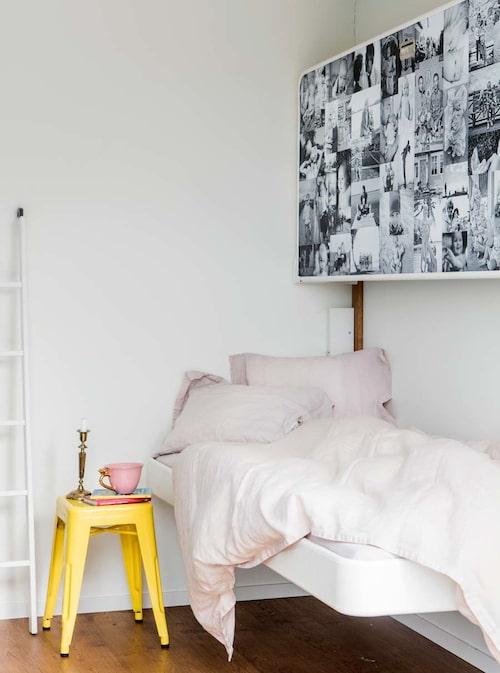 Barnbarnsrummet har fått en genial lösning med väggsängen Pullman (två väggsängar) från Permia i Bollnäs. På sängarnas undersidor sitter collage av bilder på barnbarnen sammanställt av fotografen och svärdottern Lina Adamo (som också tagit bilderna i det här reportaget).