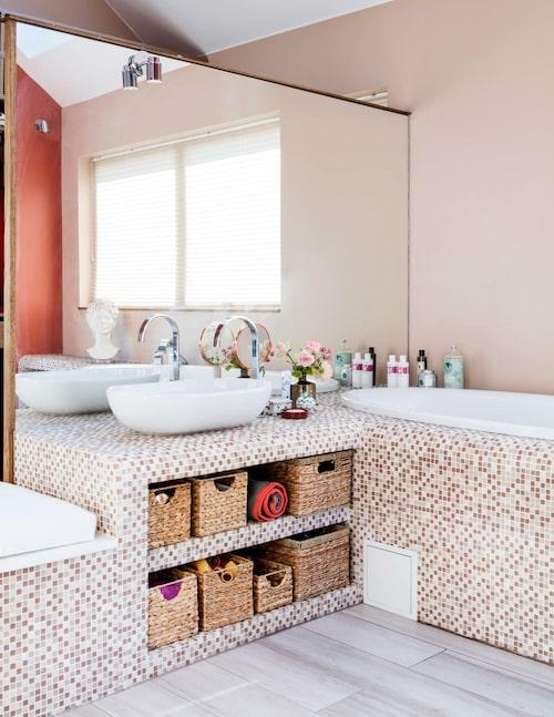 Badrummet, stort och ljust med inbyggt badkar i mosaik Hoppe från Kakeldax, som också hjälpt till med övrig badrumsrustning. På golvet italiensk klinker från Marazzi.