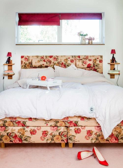 Sängen har klätts med rosentyg från Ralph Lauren. Gorillalampor av konstnären Monica Lundgård.