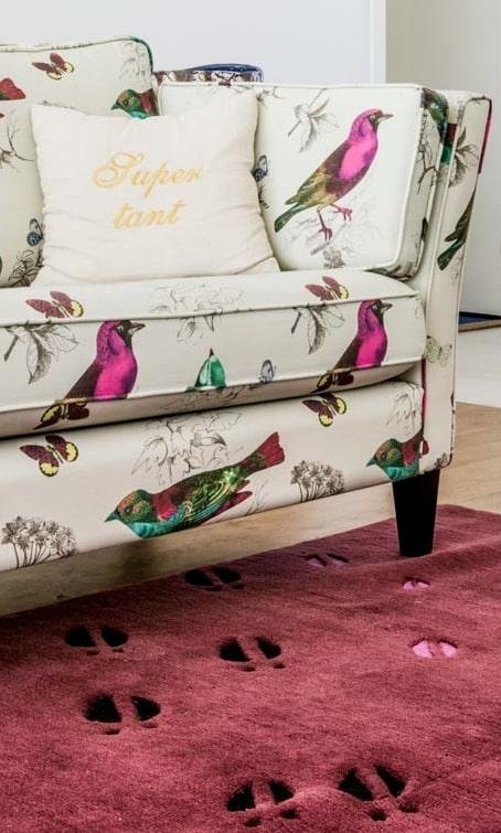 Specialdesignad matta av Susanna Arwin, gjord i Nepal, där Amelia är engagerad via Unicef. Soffan från Stalands är klädd i tyg från Jakobsdals.