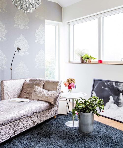 Här ligger Amelia och tänker i sitt silverrum som också är hennes arbetsrum. Schäslongen är gammal och omklädd. Foto av Elisabeth Ohlson Wallin.