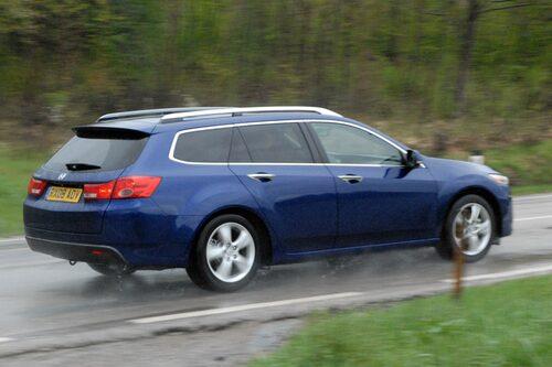 Kombimodellen är tio centimeter kortare än föregångaren. Kompaktare och snyggare, ganska lik nya Audi A4 Avant.