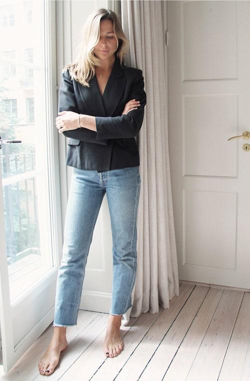 """""""Mörkblå siden & bomullskavaj, Moschino/ Captured Adornment från Stockholm. Jeans, Levi's 501/ Captured Adornment från Stockholm."""""""
