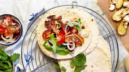 Recept på pulled pork-tortillas med ugnsrostad fetapotatis och syrad tomatsallad.