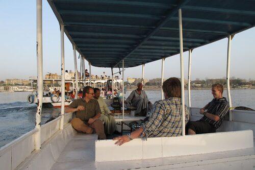 I väntan på båten mot Sudan levde vi och de andra overland-resenärerna som vanliga turister. Här åker vi motordriven felluca på Nilen.