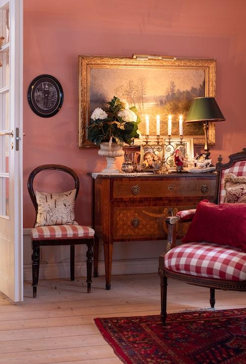 I tv-rummet står en antik gustaviansk byrå med en oljemålning ovanför. Ovanpå står en gammal bronslampa med lackskärm och en ljusstake från Skultuna. Den minst 100-åriga tomtefiguren har vårdats ömt i släkten. I huset finns många stolar utställda, både ärvda och samlade genom åren från olika antikaffärer.