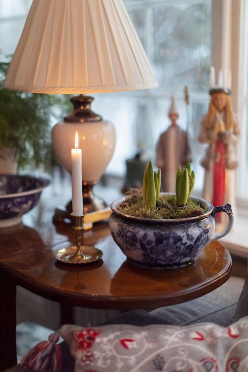 Hyacinter i en gammal potta från 1800-talets mitt. Bakom står konstnären Erkers Marie Perssons Lucia med stjärngosse