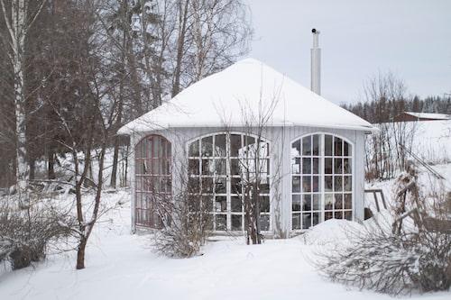 Lusthuset är byggt av gamla lokstallsfönster. Här drivs grönsaker och blommor upp för att sättas ut till våren.