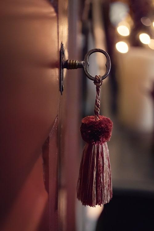 Alla dörrar i huset är från den nedplockade Järnäsgården, och detaljer som nycklar och lås var intakta och användbara. En liten handgjord silkestofs förstärker julkänslan.