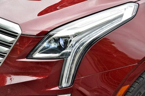 LED-ljusen som lyser på dagen ger Cadillac XT5 en speciell karaktär.