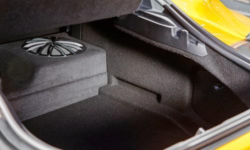 Ljudsystem från JBL är standard. Helgbagage för två är inga som helst problem.