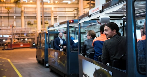 En tur i fabriken med Volvos populära Blå Tåget hanns med vid Zlatans besök.