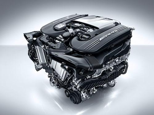 I dagens Mercedes-AMG C 63 sitter en V8 med beteckningen M177. Den är på 4,0 liter och ger som mest 510 hästkrafter. Framöver kommer den att få maka på sig för att ge plats åt en rak fyra med mildybridteknik. Systemets litiumjonbatteriet blir antagligen lite större än dagens på 0,9 kWh som sitter i andra så kallade EQ Boost-bilar från Mercedes.