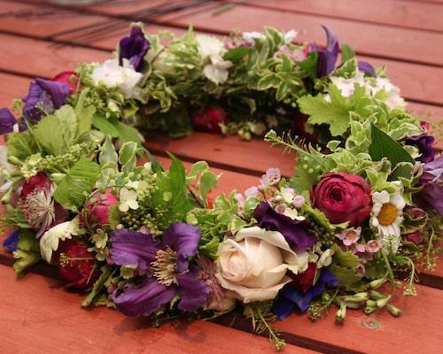 Vår krans är bunden av en florist men den blir lika fin med ängsblommor som prästkragar, blåklockor och ringblommor!