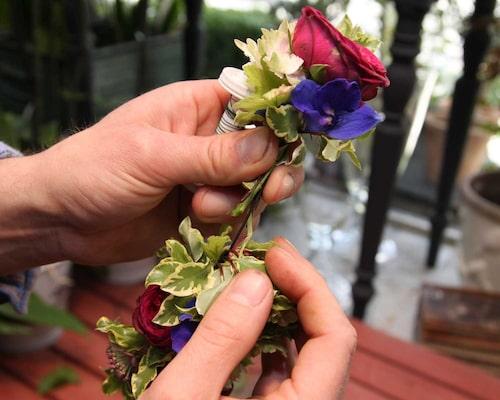 När du har kommit hela varvet runt lyfter du på knippet som du började med och petar in stjälkarna på ditt sista knippe där under. Dölj skarven med en blomma eller ett sidenband!