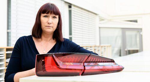 För en månad sedan skrev vi om Madeleine Langlet som på sin knappt två år gamla Audi A5 hittade sprickor i plastglasen på bakljusen. Det visade sig att bakljusen, som kostar nästan 8 000 kronor styck, inte tål biltvätt.