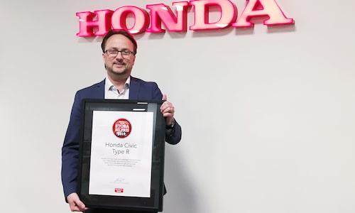 Stefan Malmgren, Honda Sverige, mottar det ärofyllda diplomet.