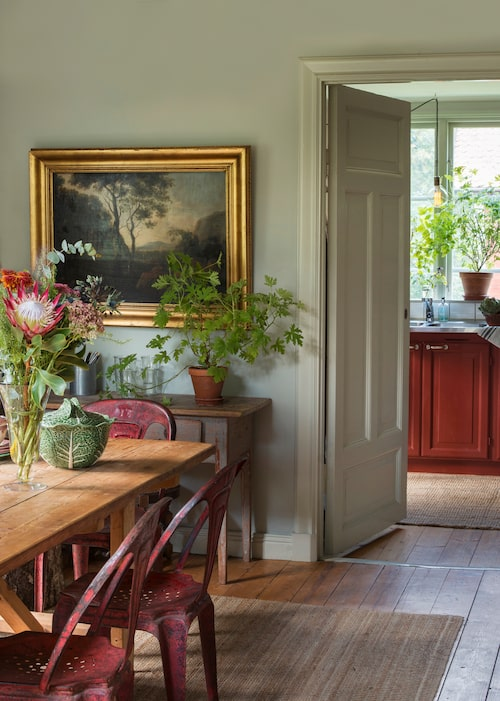 Matrummet är målat i ljust grått och alla snickerier med pärlgrå linoljefärg. Oljemålningen, 1600- eller 1700-tal, är arvegods. Grön skål med lock från portugisiska Bordallo Pinheiro, serien Cabbage.
