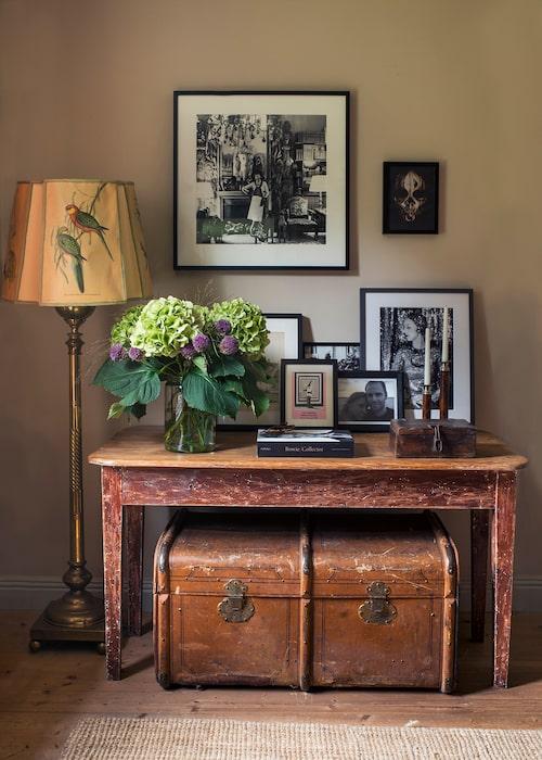 Bordet köpte de på auktion, skrapade bort färgen och fick fram den här röda. Några av de svartvita fotona är tagna av Sofias favorit Cecil Beaton, på det stora syns Coco Chanel i sin Parislägenhet 1965. Kofferten och lampan är arvegods.