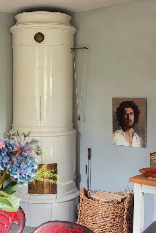 """Porträttet bredvid kakelugnen målade Bruno på konstskolan i Florens. """"Så här intressant kan en ung italiensk munk se ut, han kom till skolan en dag och satt modell."""""""