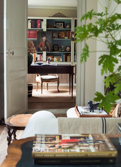 Vardagsrumsvy mot kontoret. Mahognyskrivbordet var morfars fars men lampan är från Ikea, Bruno har målat både fot och skärm. Bokhyllorna är Ikeas Billy, uppsnofsade med grå lister och linnegardin, färg invändigt Oval room blue från Farrow & Ball.