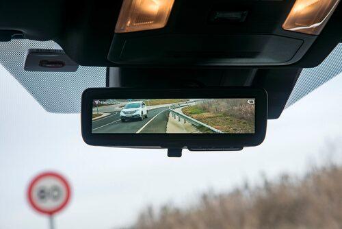 Backspegeln går att få digital och en kamera sitter innanför bakrutan. Vidare vy men kan framkalla illamående.
