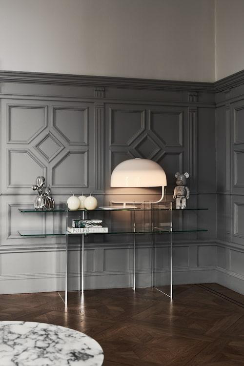 Med sideboard av glas (köpt från Danmark) skyms inte så mycket av den maffiga bröstpanelen, gråmålad efter Lovisas expertis. Lampa, Zanuso, Oluce. Jeff Koons-skulpturen köpt på auktion. Ännu en Bearbrick vakar över matsalen.