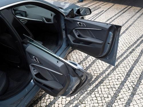 Dörrarna fram och bak saknar karm för att betona coupékänslan. Snyggt, i alla fall med dörren öppen.
