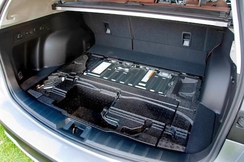 Batteriet stjäl inte mycket plats, 11 liter får du avvara. Lyfter du på golvet syns batteripaketet.