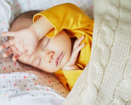 Självständighet har hög status i vårt samhälle, säger psykolog Mari Fransson. Det är, tror hon, en förklaring till att föräldrar tycker att det är viktigt att barn lär sig sova själva i egen säng.