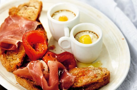 Ägg kokat i kopp med tomattoast och serranoskinka