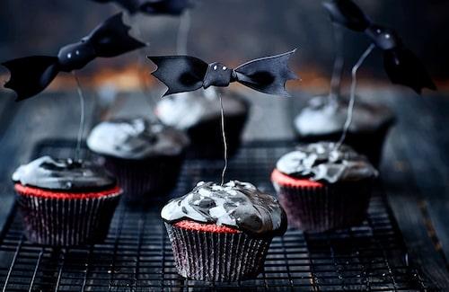 Dessa goda red velvet-cupcakes är perfekta att baka i halloween.