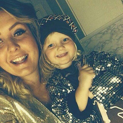 Linn Svansbo ska bli tvåbarnsmamma i augusti men vet inte om hon kommer att få föda på det sjukhus hon valt. Här med dottern Lykke. Foto: Privat