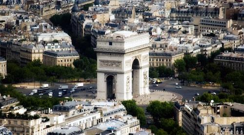 Runt Triumfbågen i Paris ligger världens kanske mest kända cirkulationsplats. Här har bilarna som redan kör inne i den väjningsplikt för de som ska in.