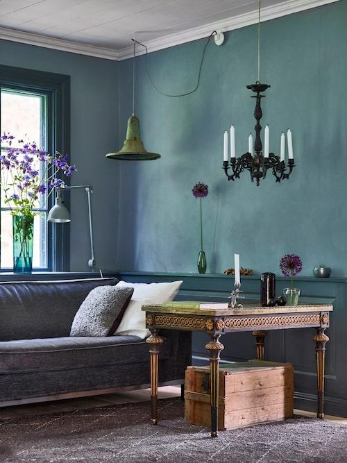 Kvarnströmskt stilmöte: Louis seize-bord och trälåda. Antikborgerligt och industriretro.