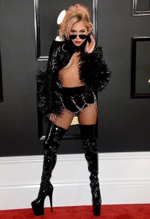 Lady Gaga i svart croptop och hotpants inför sitt framträdande med Metallica. Foto: IBL