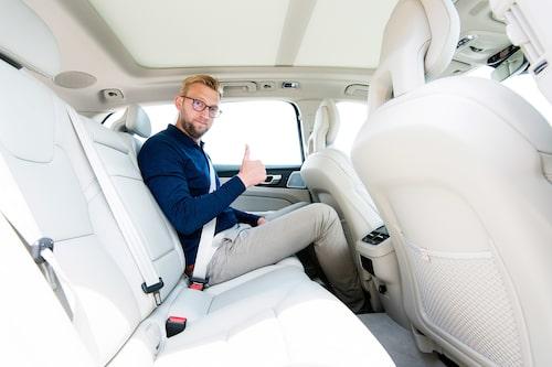 """Baksätet är bekvämt och har fullt tillräckligt ben- och fotutrymme. Här sitter 192 cm långe Erik Wedberg """"bakom sig själv""""."""