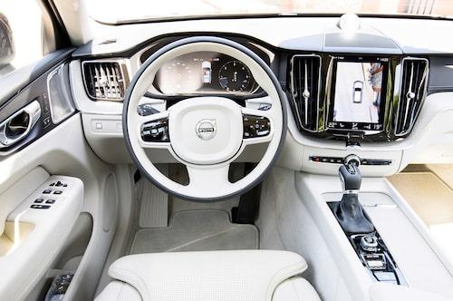 Inredningen i XC60 fortsätter i samma spår som tidigare Volvo-bilar. Körassistenten Pilot Assist ingår inte i standardutrustningen till XC60.