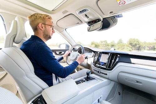 XC60 förmedlar samma trygga och säkra vägkänsla som sitt större syskon men uppfattas som mer kompakt och spänstig.