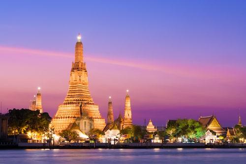 Det vackert upplysta templet Wat Arun vid floden Chao Phraya i Bangkok.