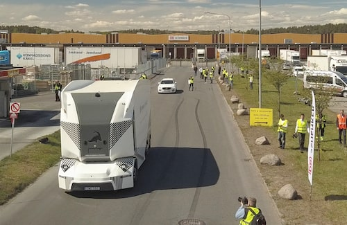 Svenska Einride är först med självkörande lastbilar på allmän väg – i Jönköping. Systemet är på nivå 4, men lastbilarna färdas sakta.