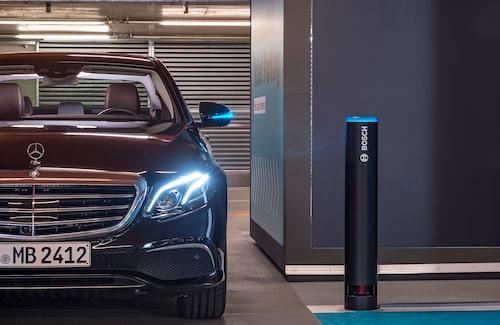 Sensorerna i parkeringshuset är monterade i stolpar, men även kameror används för övervakningen av hinder.