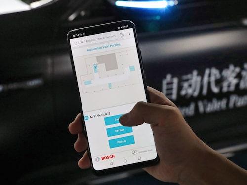 Via en app ges kommandon till bilen för att lämna eller hämta upp. Bilden är från pilotförsöket i Kina.