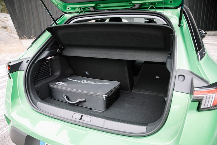 Ingen genomlastningslucka och laddkabeln tar upp nästan all plats i bagageutrymmet.