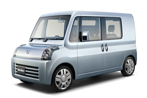 """Deca Deca är, som Daihatsu beskriver den en """"super box"""". Den extremt lådlika designen i kombination med ett lågt innergolv ger utmärkta utrymmen i kupén. Den robusta interiören ska kunna flyttas om och anpassas efter en mängd olika behov."""