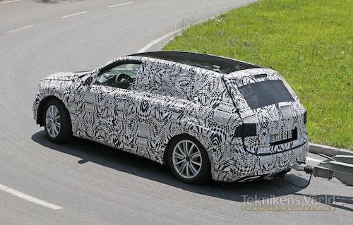 Nya Volkswagen Tiguan med tung last på väg upp för en österrikisk alpväg.