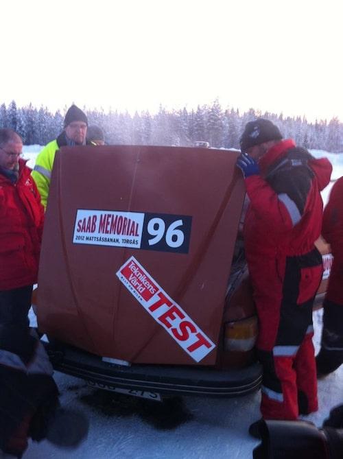 Öppen huv. Rök. Saab V4 tappar i testsammandraget.