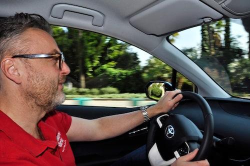 Körmässigt är Prius hyfsat skarp, med kommunikativ styrning och så länge bensinmotorn inte startar har den en tyst gång.